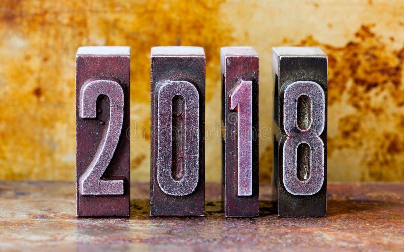 2018-jähriges Grußkarten-Einladungsplakat Retro- Briefbeschwererstellen Rostiger strukturierter Hintergrund der Weinlese Metall f stockfotos