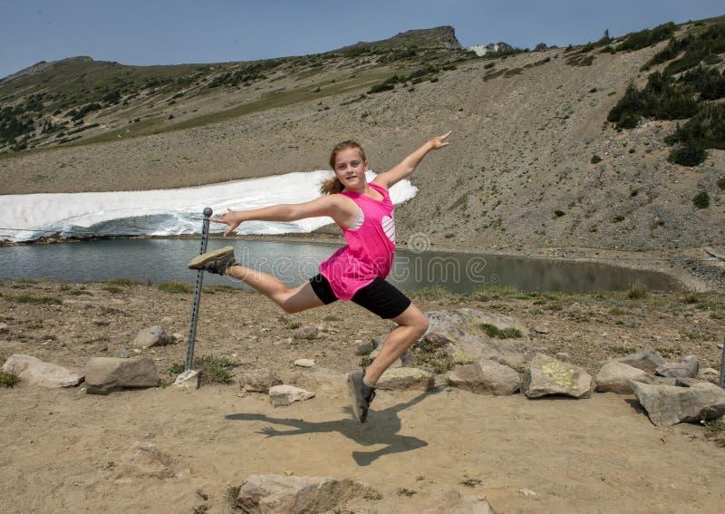 Jähriges kaukasisches Mädchen elf, das im Berg Rainier National Park, Washington aufwirft stockfotos