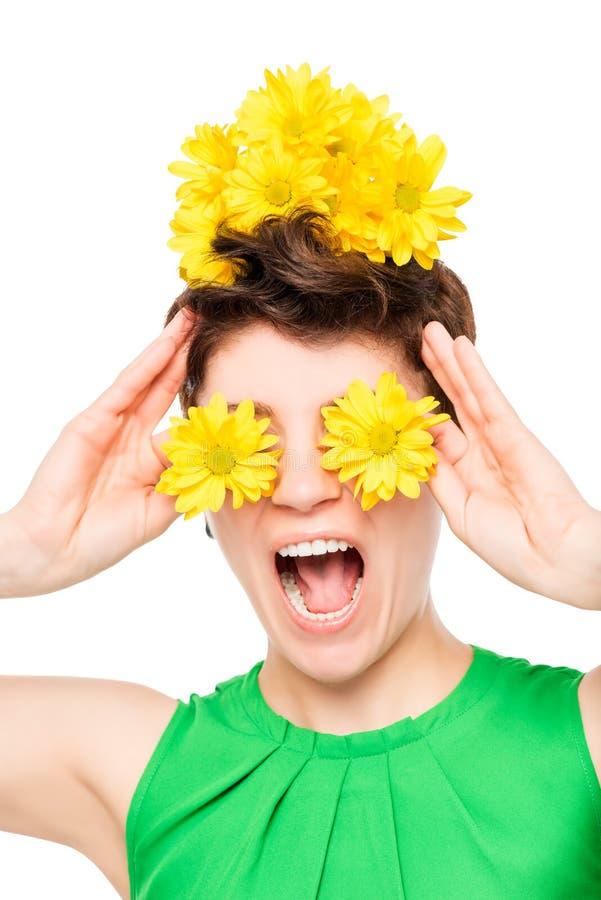 25-jähriges Mädchen mit den Blumen, die Spaß haben lizenzfreies stockfoto