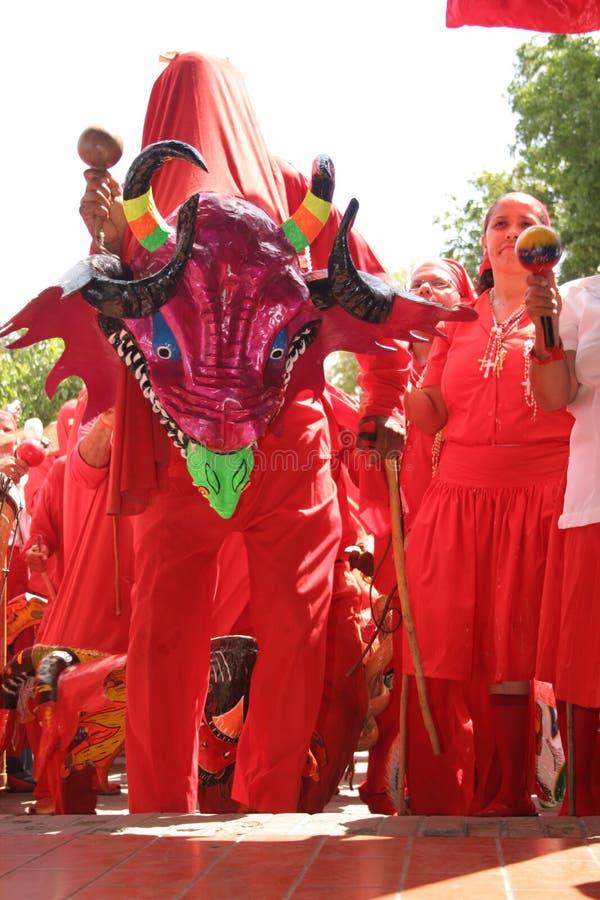 Jäklar av Yare dansare under religiös festival på corpuset Christi Day, Venezuela arkivfoto