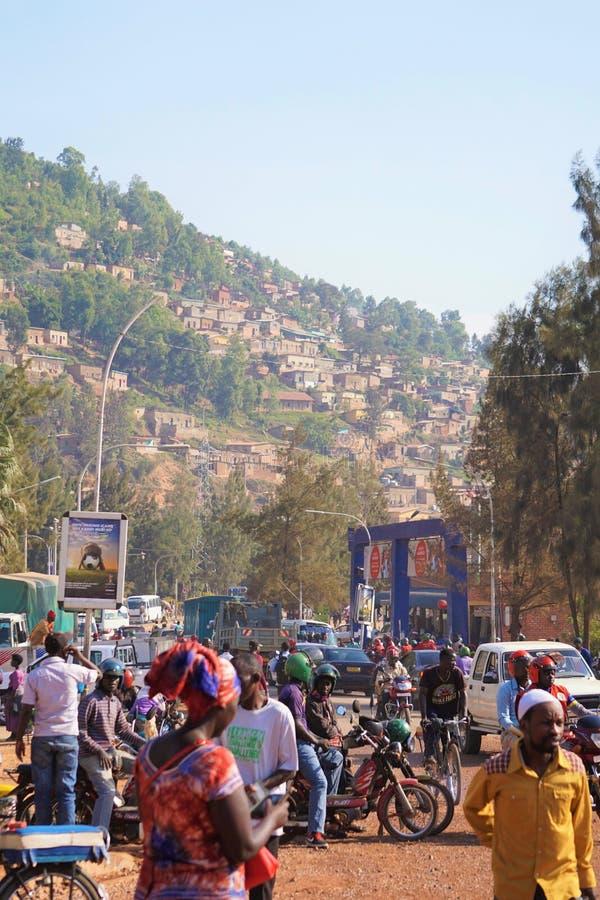Jäkta folkmassor under shoppar i huvudsaklig genomskärning av i stadens centrum Kigali i Rwanda arkivfoton