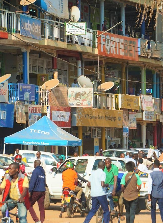 Jäkta folkmassor under shoppar i huvudsaklig genomskärning av i stadens centrum Kigali i Rwanda arkivbilder
