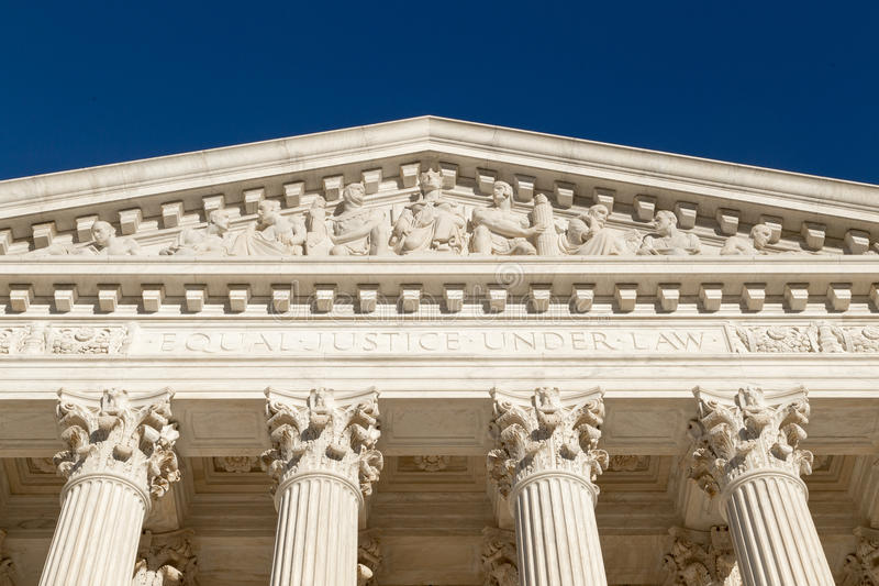 Jämbördig rättvisa Under Law (text på framdelen av högsta domstolen av U S ), fotografering för bildbyråer