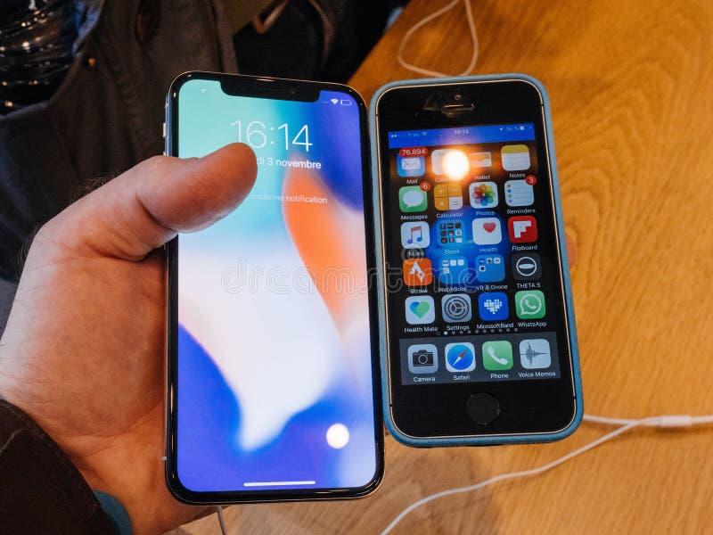 Jämför iPhoneSE vs iPhone X arkivfoton