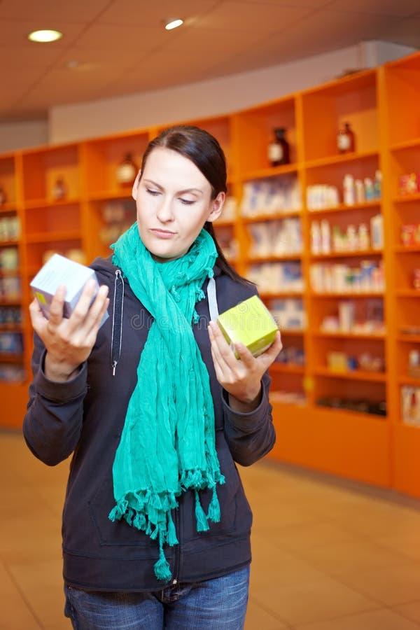 jämföra produktkvinnan arkivfoton