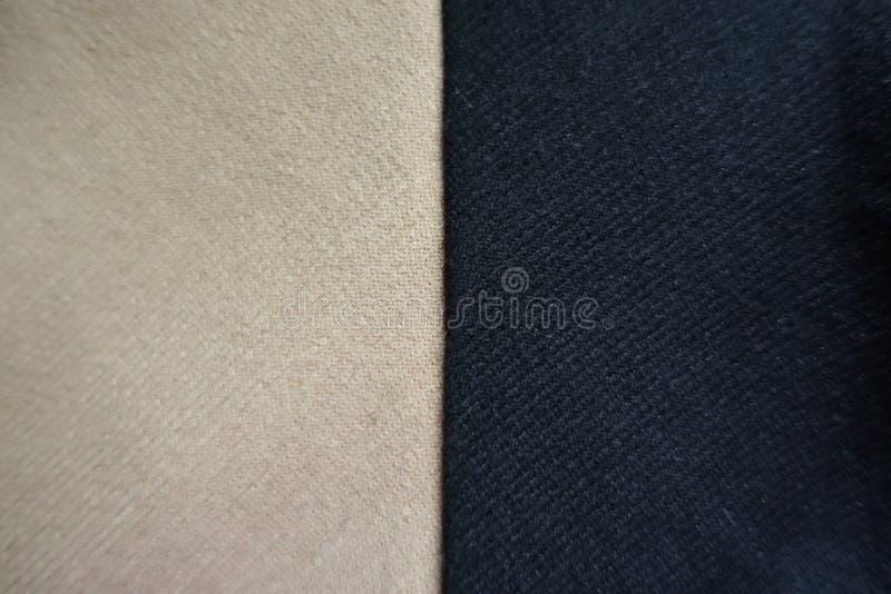 Jämlikedelar av hopsytt beiga- och svarttyg arkivbild