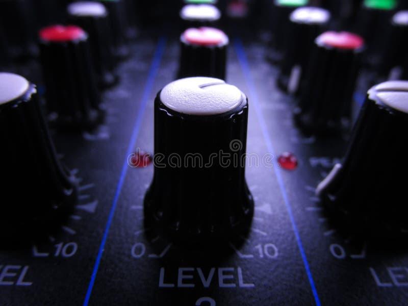 Jämn kontroll för ljudsignal blandare arkivfoto