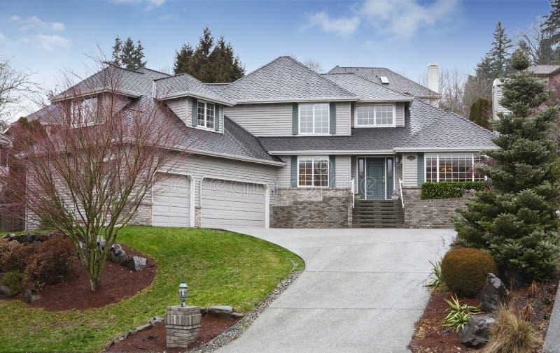 Jämnt hus för lyx två med garaget och körbanan royaltyfri bild