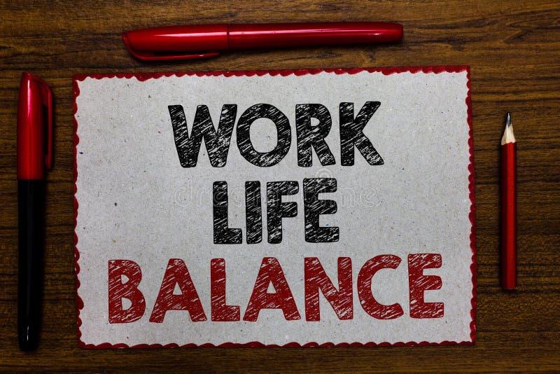 Jämvikt för liv för arbete för textteckenvisning Begreppsmässig fotouppdelning av tid mellan att arbeta eller familjen och rött g arkivbild