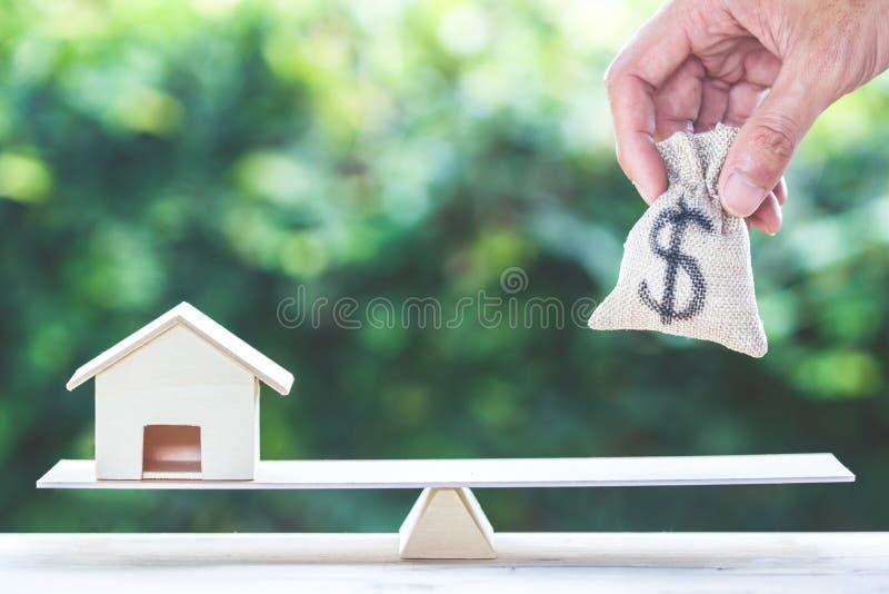 Jämviktshemmet och pengar, bostadslånet som är omvänd intecknar begrepp royaltyfri fotografi