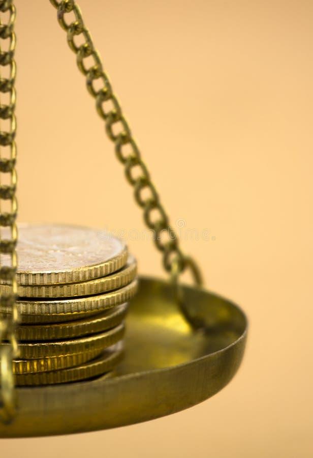 jämviktspengarscale royaltyfri bild