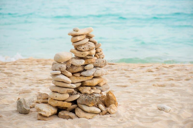 Jämviktsstenen på Zen för havskust vaggar på stranden Feng Shui Balance royaltyfria foton