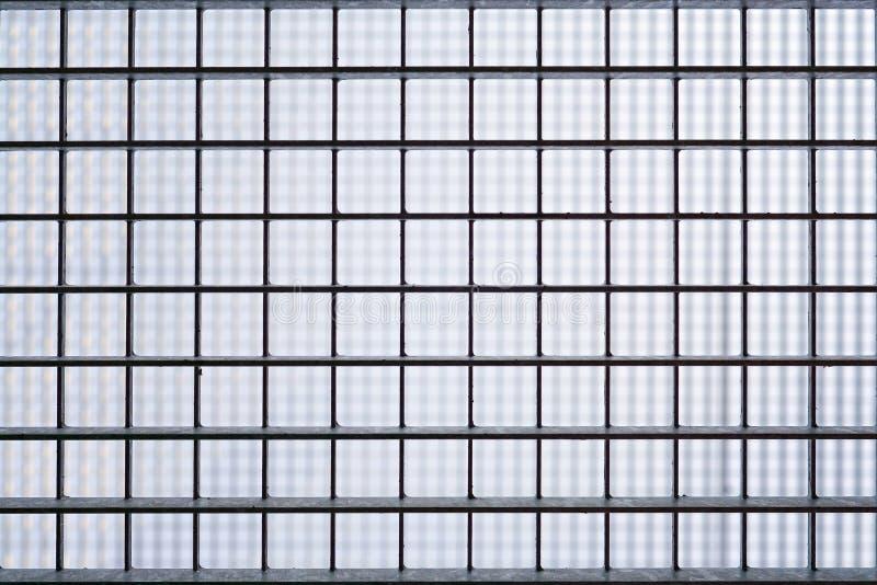 Järn bommat för fängelsefönster arkivfoton