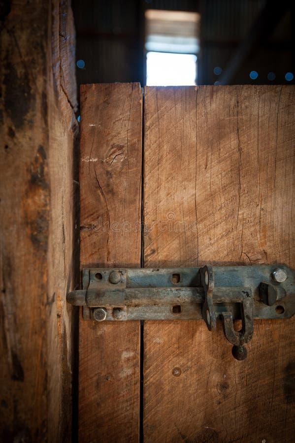 Järn låser låset på en trädörr royaltyfria foton