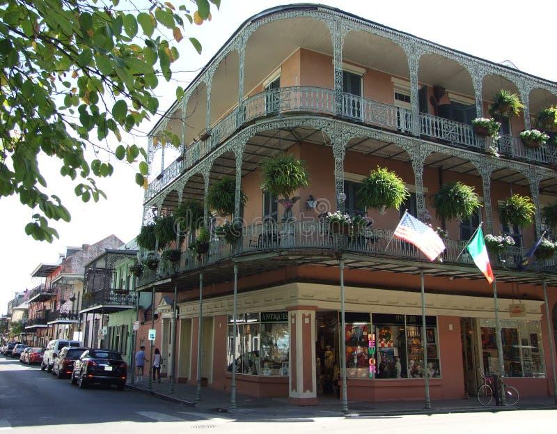 Järn snör åt balkonger på hörnet av kungliga personen och St Philip Street - den franska fjärdedelen, New Orleans royaltyfri fotografi