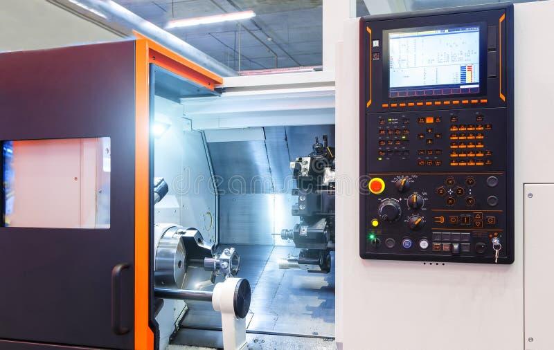 Järnarbeten stålsätter och bearbetar med maskin korridoren för den moderna fabriken för delCNC den inomhus arkivfoto