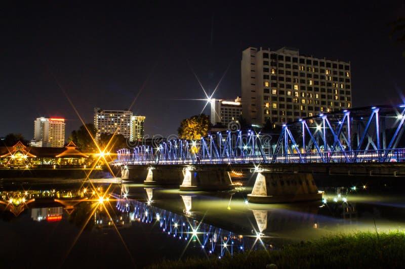 Järnbro på natten i Chiangmai Thailand royaltyfria foton