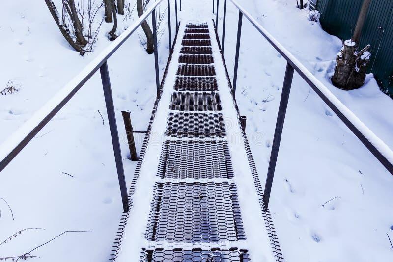 Järnfotbro i vinter frysa för dag Ryssland royaltyfri foto