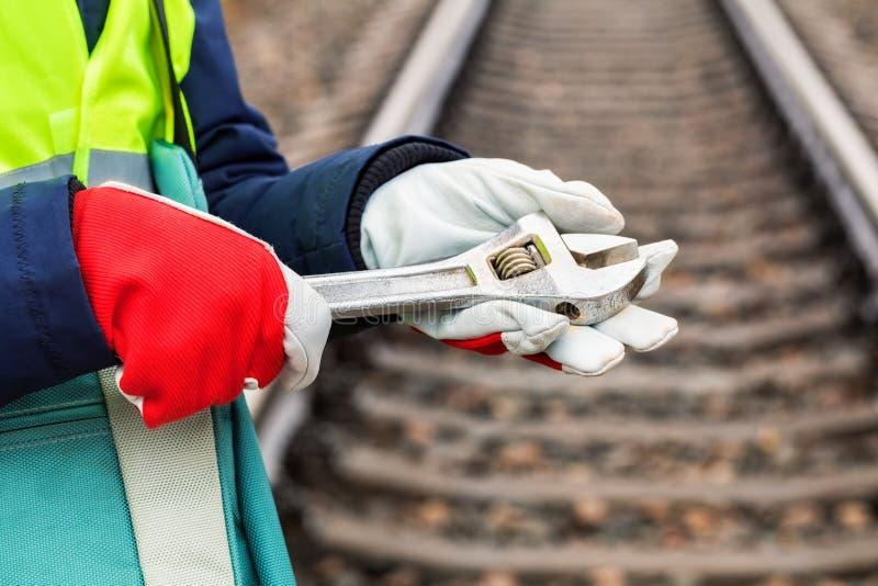 Järnväg anställd för kvinna som rymmer justerbara skiftnycklar royaltyfri foto