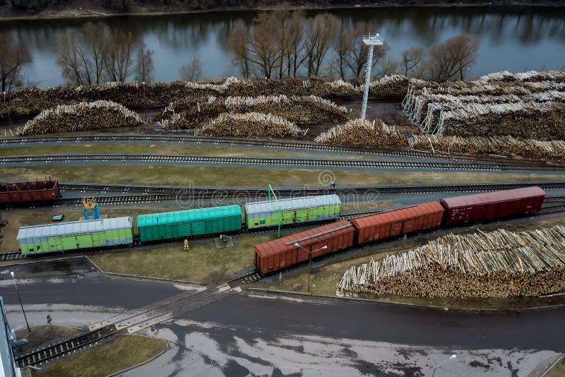 Järnväg bilar i fabriken Flyg- granskning arkivfoton