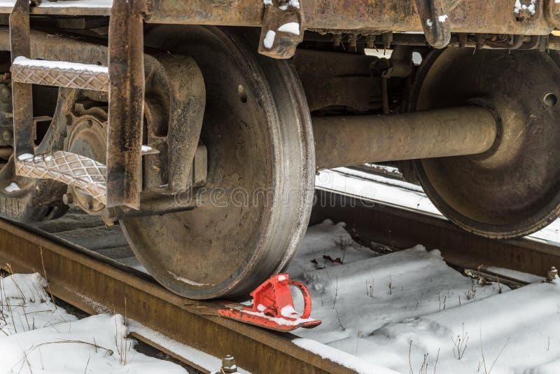 Järnväg bromsback under drevhjulet på stängerna fotografering för bildbyråer