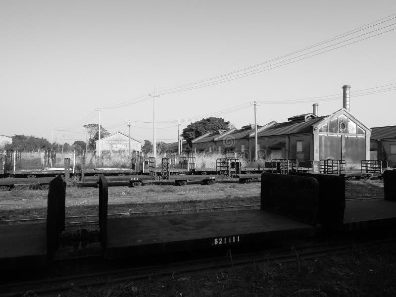 Järnväg, drevvagn och lager beside royaltyfria bilder