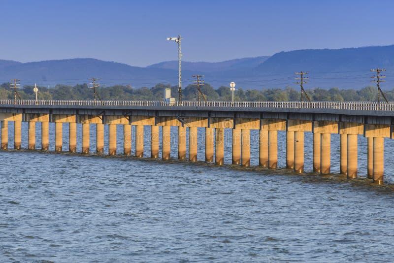 Järnväg- eller järnvägkorsning sjön arkivbilder