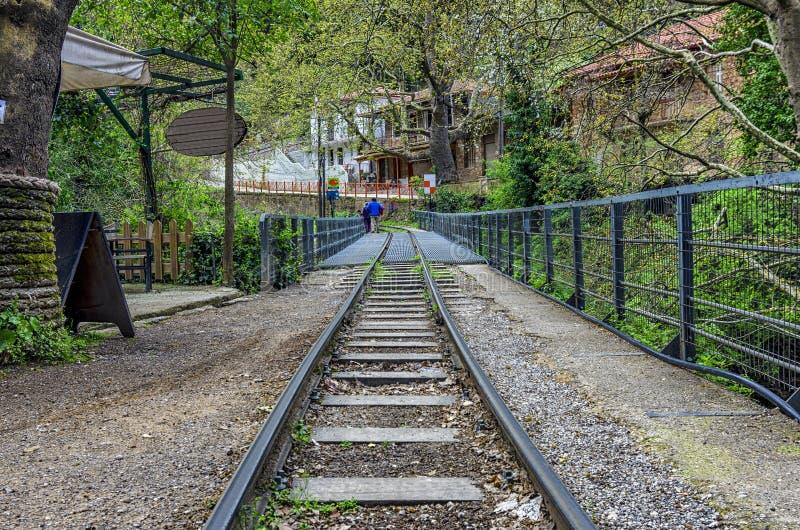 Järnväg för Diakofto - Kalavryta odontotoskugge i den Zachlorou byn, Peloponnese, Grekland royaltyfri bild