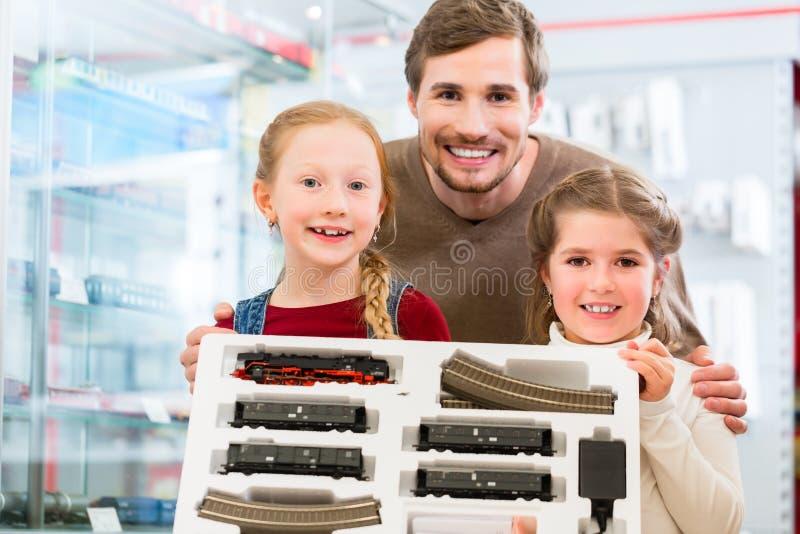 Järnväg för familjköpandemodell i leksaklager arkivfoton