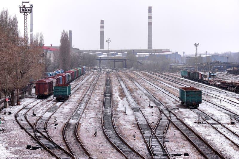 Järnväg föreningspunkt med vagnar på en molnig kall dag arkivbild