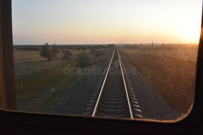 Järnväg från fönstret av drevet medan royaltyfri fotografi