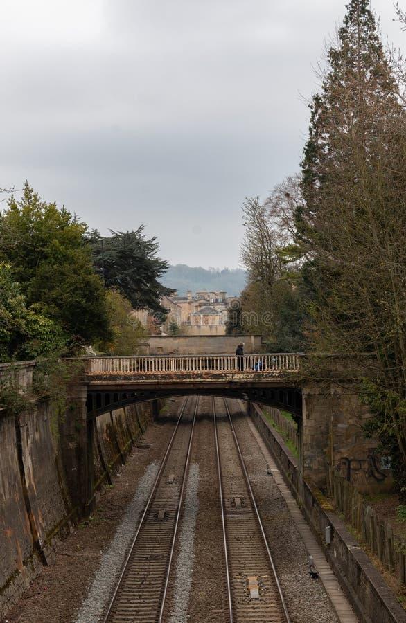 Järnväg i bad med en bro över den arkivbilder