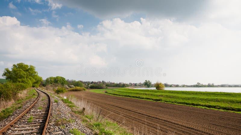 Järnväg i den lantliga bygden royaltyfri bild