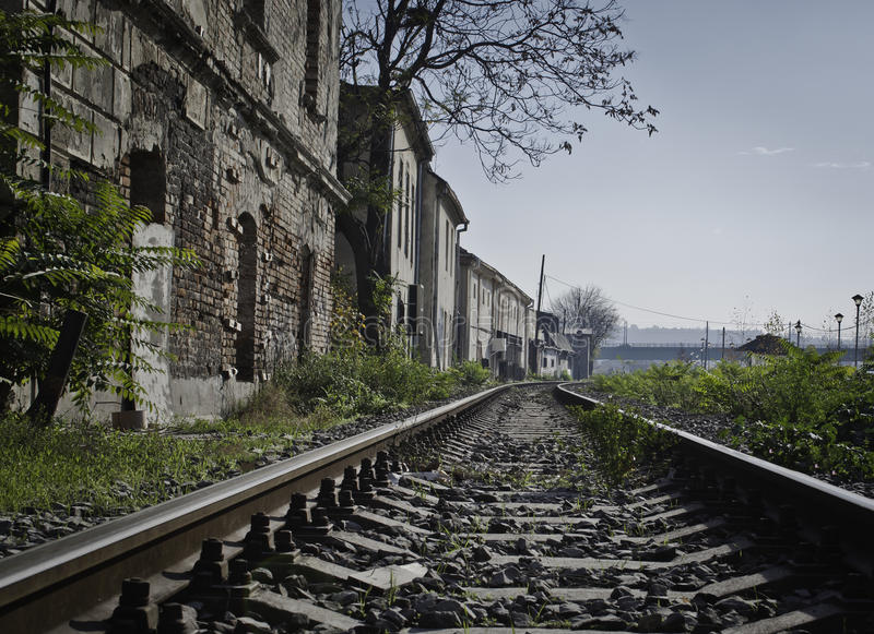 Järnväg i förorterna royaltyfri bild