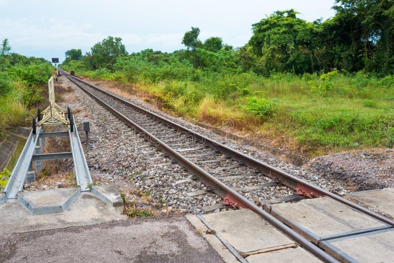 Järnväg Korsning punkt mellan järnväg och den offentliga vägen in royaltyfria foton