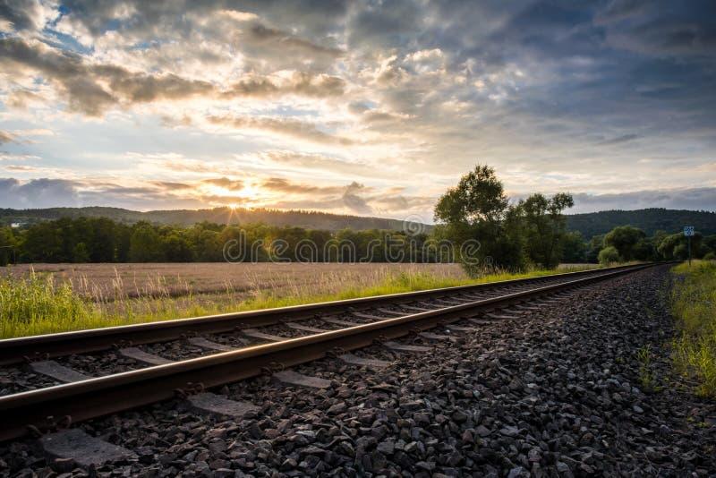 Järnväg linje på solnedgången royaltyfri bild