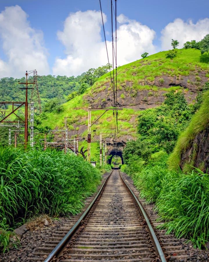 Järnväg linje till och med tunnelen royaltyfria foton