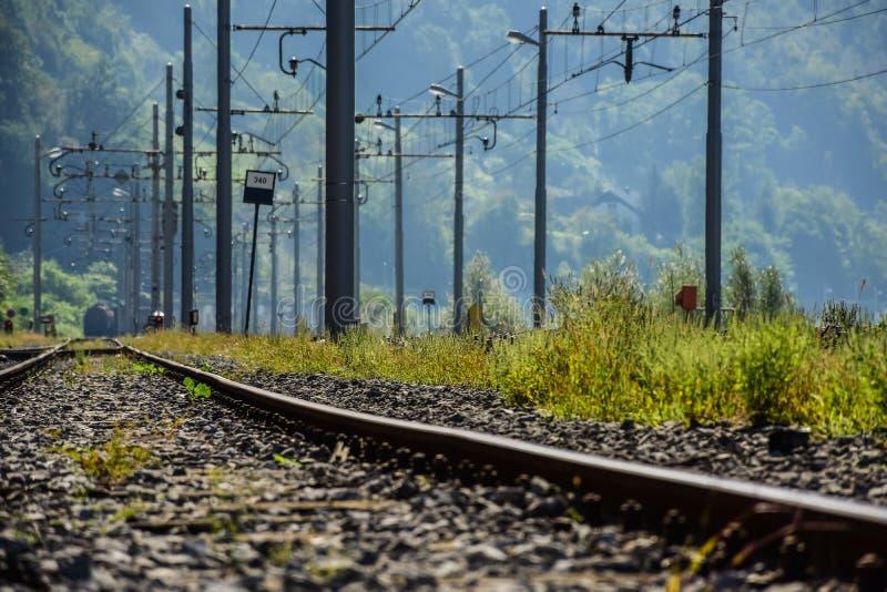 Järnväg- och elektricitetstips på en gammal drevstation royaltyfria bilder