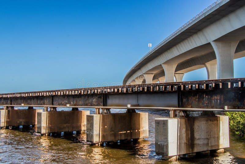 Järnväg och Roosevelt Bridge i Stuart, Florida royaltyfri foto