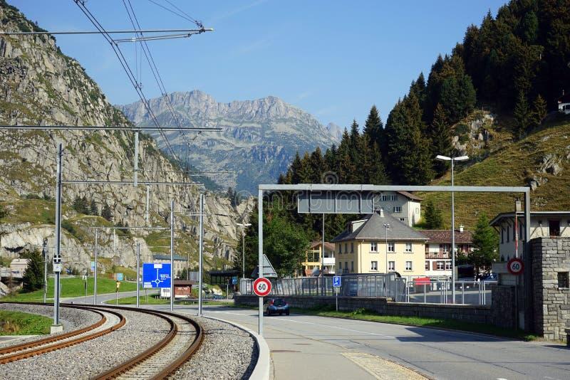 Järnväg och väg fotografering för bildbyråer