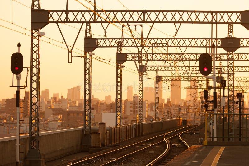Järnväg på solnedgången Industriellt landskap med järnvägsstationen arkivbilder