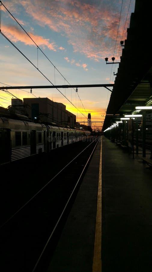 Järnväg som bryter gryning arkivfoto
