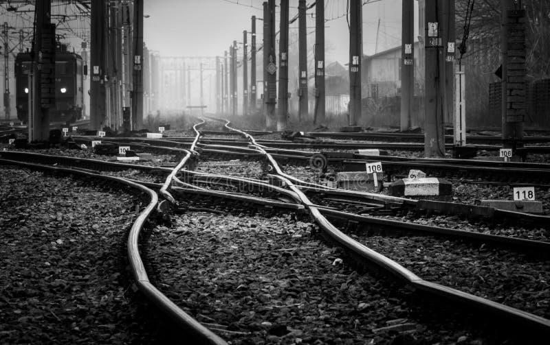 Järnväg som stängs långt i dimman royaltyfria bilder