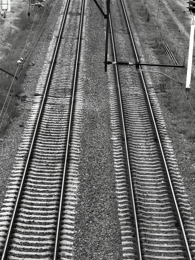 Järnväg spårar svart dyster atmosfär fotografering för bildbyråer