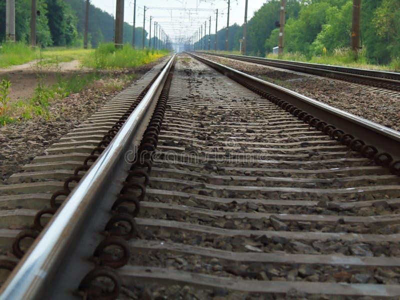Järnväg stänger och längsgående stödbjälkenärbild royaltyfri bild