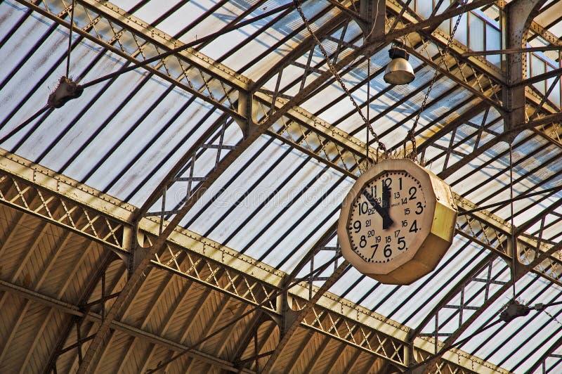 Järnväg station med den historiska klockan fotografering för bildbyråer