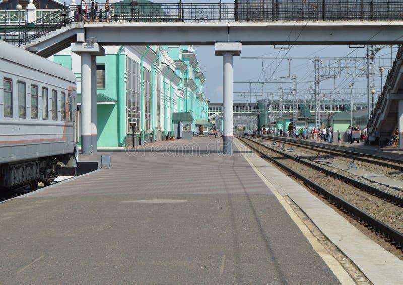 Järnväg station-plattform, stänger, station Omsk Ryssland, västra Sibirien, 29 Juli 2018 fotografering för bildbyråer