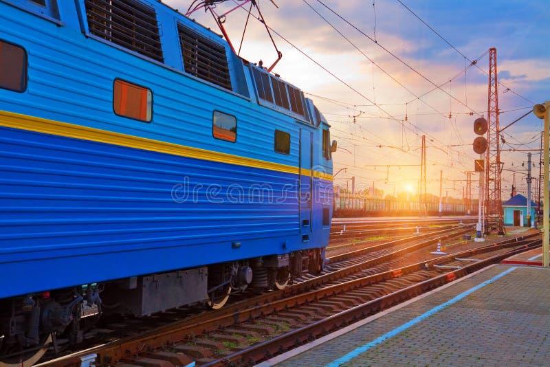 järnväg stationssolnedgång royaltyfri bild