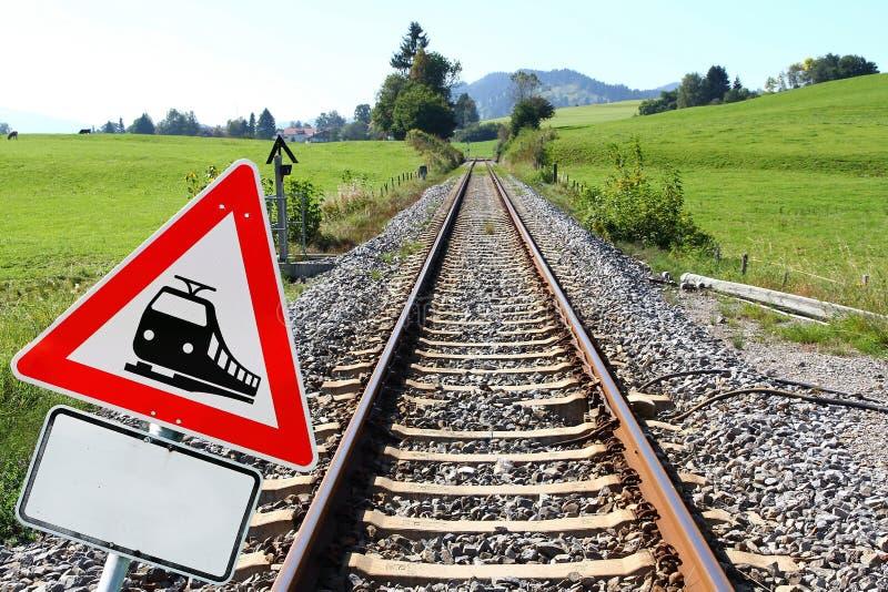 Järnväg tecken och järnvägsspår royaltyfri bild