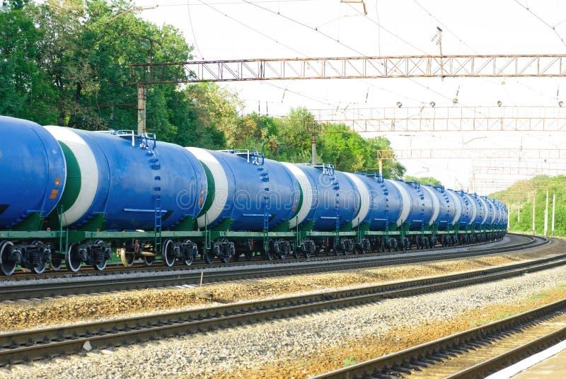 Järnvägbehållarebil med olil royaltyfria bilder